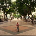 Kind fährt auf dem Prado Rad