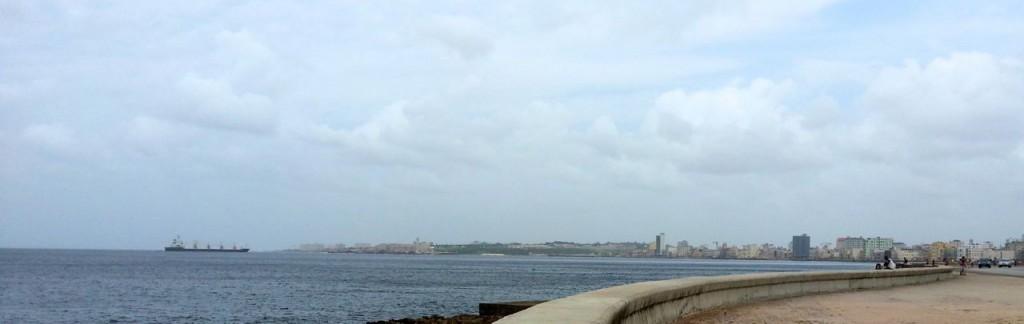Ein Schiff fährt in Havanna ein