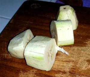 Chatinos: Banane schneiden