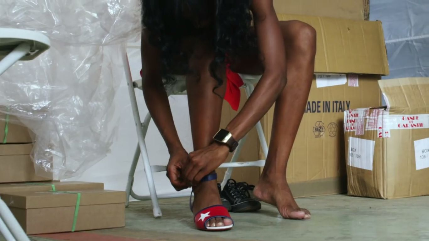 Eine Athletin probiert Schuhe an