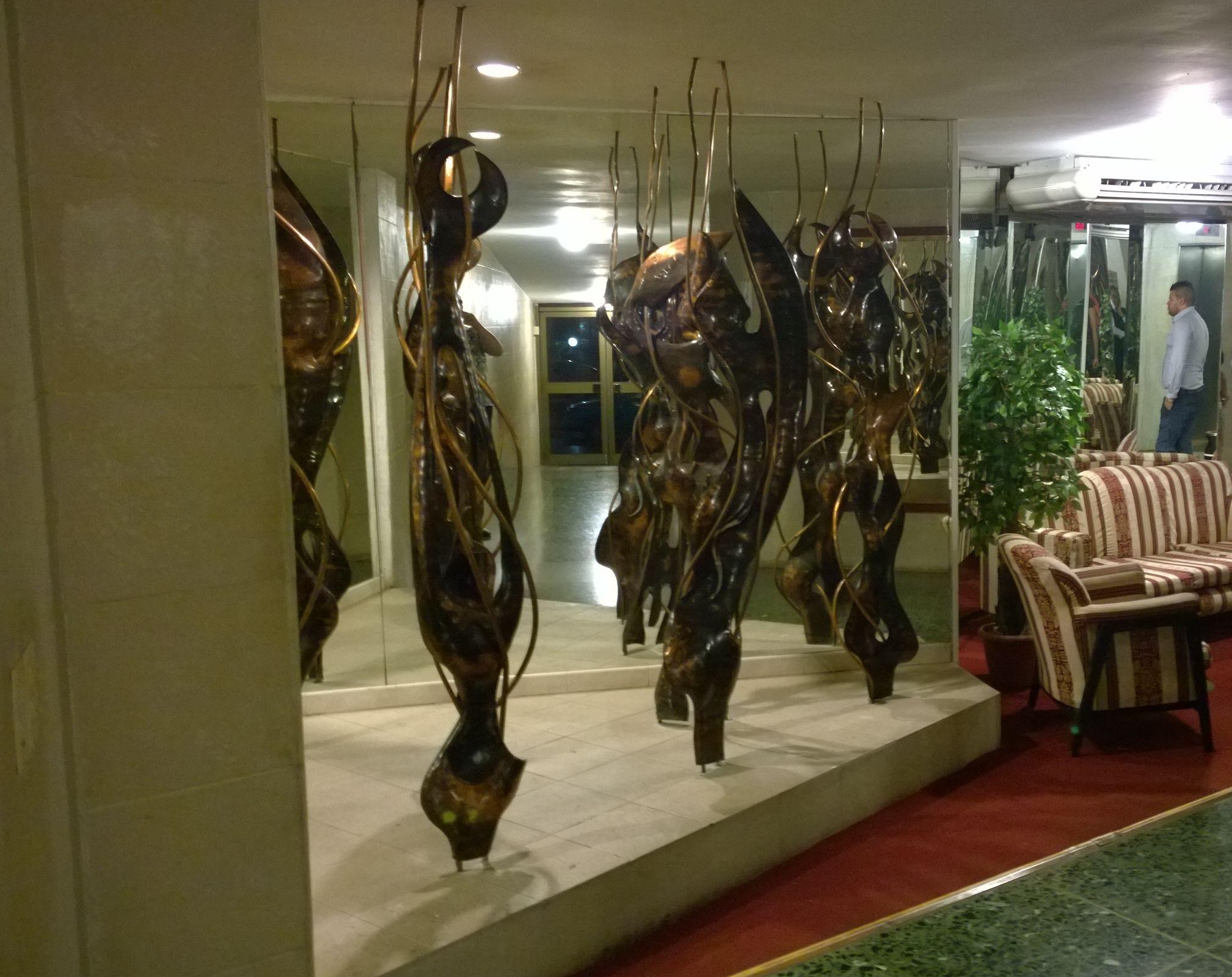 """Innenaufnahme: Skulpturen im Aufgang zum """"La Torre"""""""