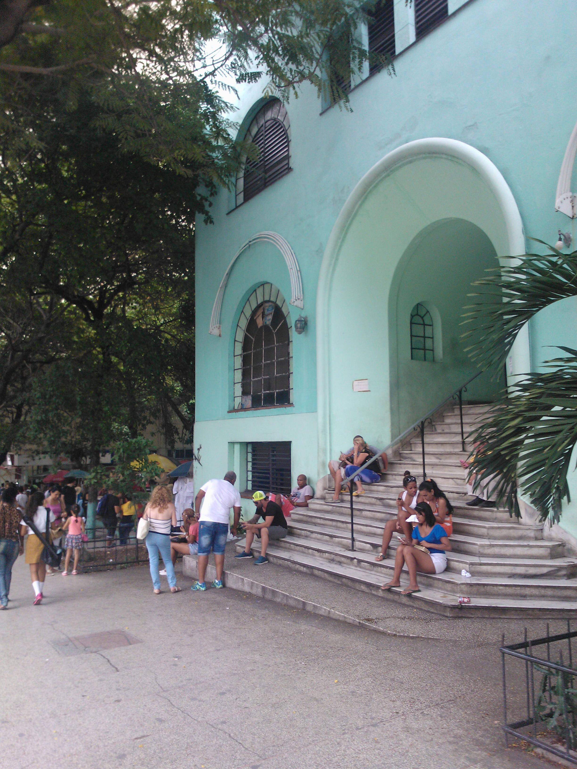 Foto: viele Menschen am Hotspot an der Rampa