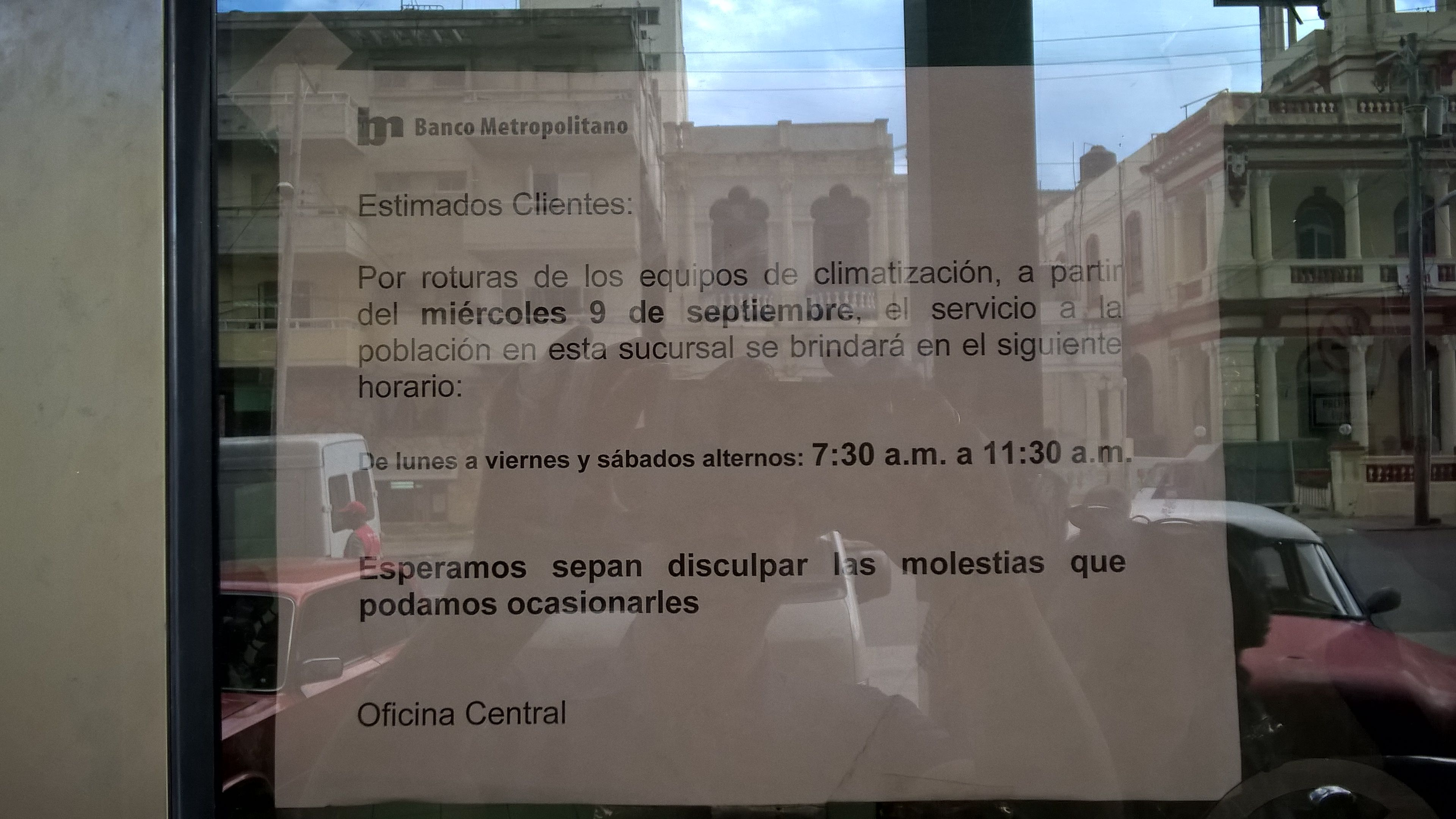 Diese Bank ist geschlossen, da die Klimaanlage nicht funktioniert - Zettel im Fenster