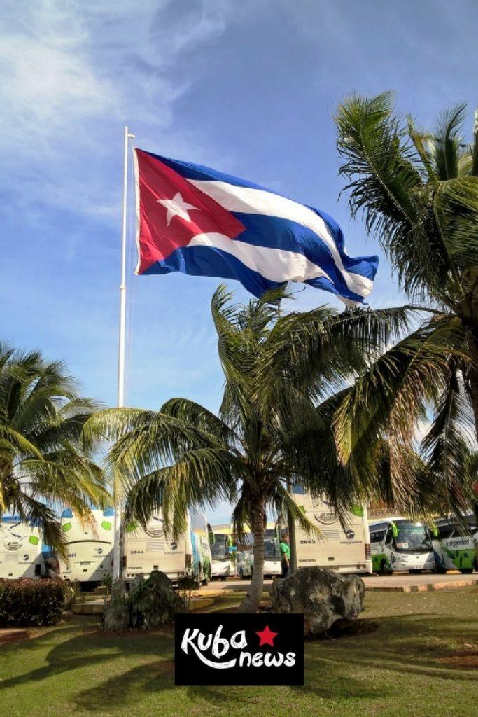 Flagge von Kuba weht im Wind