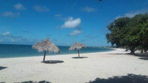 Kubanews: Strand mit Sonnenschirmen