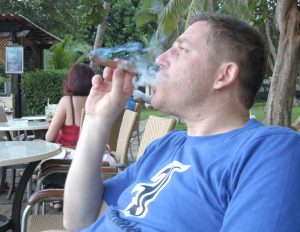 Matthias raucht Zigarre in Kuba