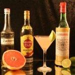 Hemingway Daiquiri mit typischen Zutaten (Zuckersirup, Pink Grapefruit, kubanischer Rum, Maraschino-Likör, Limetten