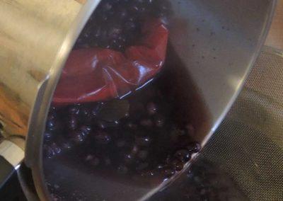 Kochwasser und Bohnen mit dem Sieb trennen.