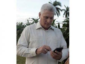 Praesident Kubas mit Smartphone