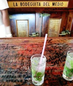 Kubanews: An der Bar der Bodeguita del Medio