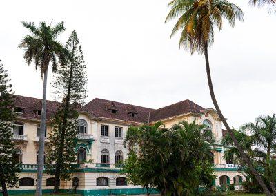 Straßenseite mit Autozufahrt zum Havana Yacht Club