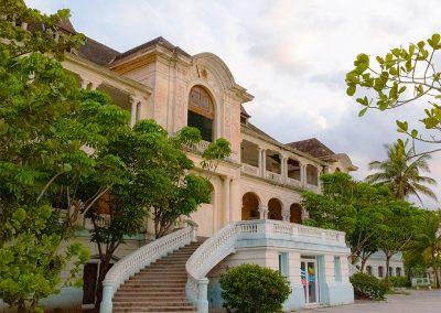 Geschwungene Treppen führen in die erste Etage des Havana Yacht Club