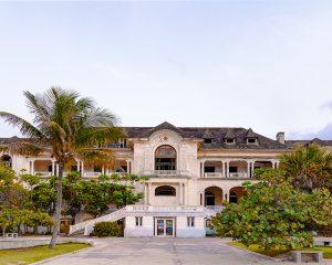 Clubgebäude des Havana Yacht Club vom Meer aus gesehen
