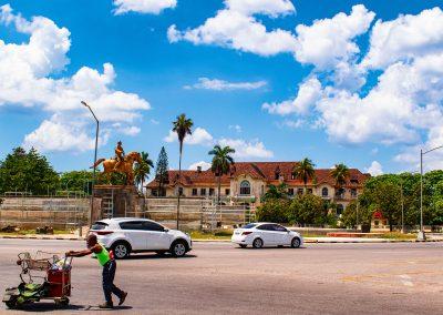 Kreisverkehr an der 5. Avenida in Marianao, wo das alte Gebäude des Havana Yacht Club steht
