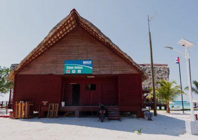 Zentralgebäude mit Gastronomie