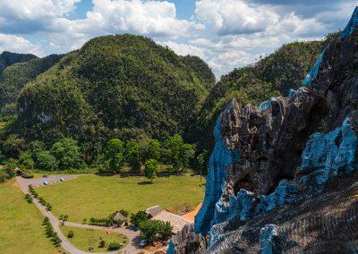 Kubanews: Blick auf die Bar und die Wiese vor dem Mural de la Prehistoria