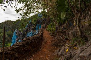 Kubanews: Oberhalb des Murals ist eine befestigte Mauer und ein Gang